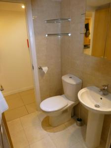 A bathroom at Earle House Serviced Apartments