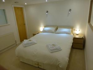 A bed or beds in a room at Earle House Serviced Apartments