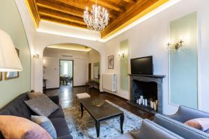 Гостиная зона в Historic center Palace - Huge 4 bedrooms Santa Croce apartment apartment - AC in all rooms