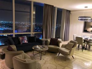 A seating area at Brand New DAMAC Towers Hotel Apartment