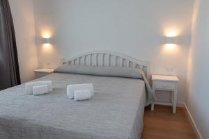 A bed or beds in a room at Apartamentos Los Naranjos