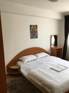 A bed or beds in a room at Bright Apartment Near City Center