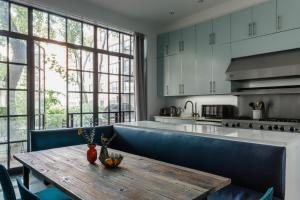 Una cocina o zona de cocina en Park Avenue Mansion by onefinestay