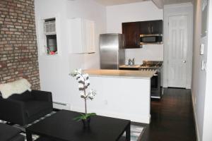 Una cocina o zona de cocina en Superb 3BR Apt Located Near Times Square