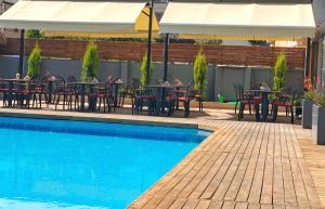 Baseinas apgyvendinimo įstaigoje HMA Hotel & Suites arba netoliese