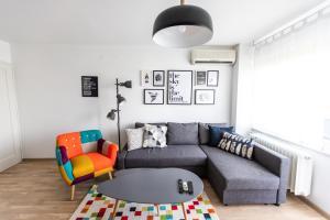 Posedenie v ubytovaní Blue Sky Apartment