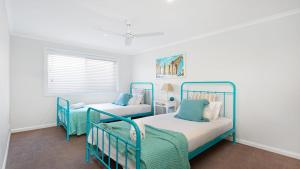 A bed or beds in a room at Beach 'Shac' on Parkway!