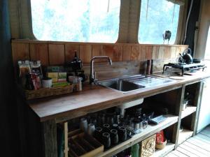 Una cocina o zona de cocina en Heritage Barn Retreat