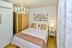 A bed or beds in a room at Apartments Maslina
