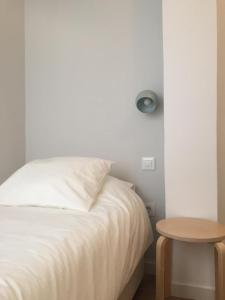 A bed or beds in a room at Triana con encanto