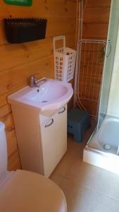 A bathroom at Sjesta -domki letniskowe