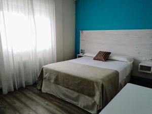 Un ou plusieurs lits dans un hébergement de l'établissement Apartamentos Rodeiramar 2A