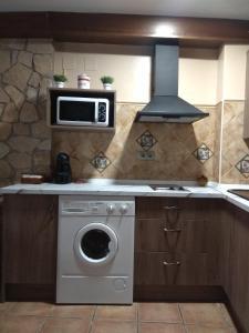 A kitchen or kitchenette at Casa Rural Lahuerta