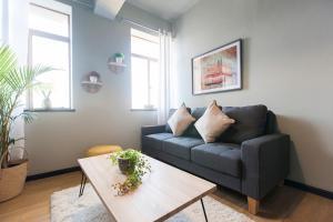 The Heriot - City Apartments tesisinde bir oturma alanı