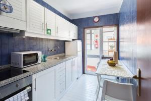 A kitchen or kitchenette at 2 Comfy Bright Flats with Netflix