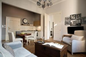 A seating area at Belle Epoque Residence