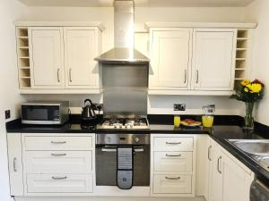 A kitchen or kitchenette at Manchester, Salford, Old Trafford, serviced accommodation