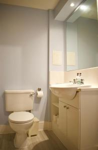 A bathroom at Large 2 Bedroom Flat in Leith with Free Parking
