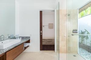 A bathroom at Beraban Beach House