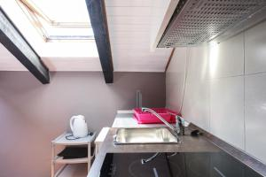 A kitchen or kitchenette at Duomo studio-By Flatscollection