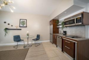 A kitchen or kitchenette at Strand on Ocean by Sunnyside