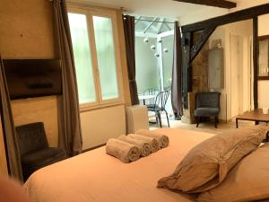 A television and/or entertainment centre at Lovely studio heart of Le Marais