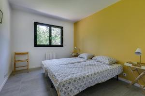 A bed or beds in a room at Maison du Prignon