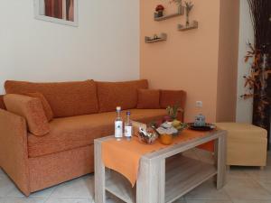 Een zitgedeelte bij Marina Apartments