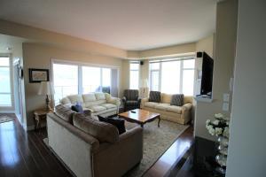 Zona de estar de Sunset Waterfront Resort by Discover Kelowna Resort Accommodations