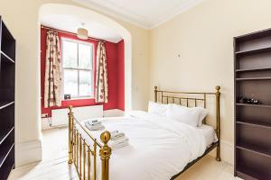 A bed or beds in a room at 2 Bed Apartment, MARKET ESTATE - SK