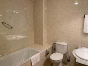 A bathroom at Aparthotel /Apartamentos Turísticos Raquel's