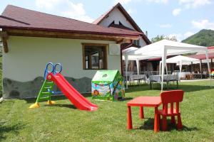 Zona de joacă pentru copii de la Conacul de sub munte