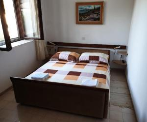 A bed or beds in a room at Apartments Delfin