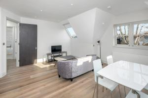 A seating area at OYO Home Ealing 2 Bedroom