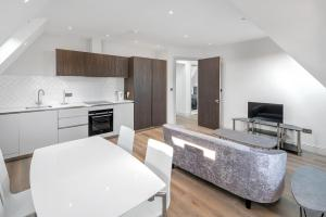 A kitchen or kitchenette at OYO Home Ealing 2 Bedroom