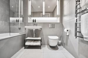 A bathroom at CitySuites Aparthotel