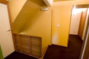Una televisión o centro de entretenimiento en Caserio Bitoriano