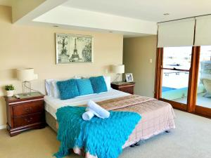 A bed or beds in a room at Riverfront Dream