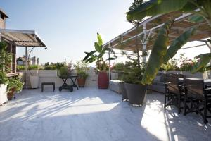 A restaurant or other place to eat at Luxury 3 bdrm Apartment - split level with large terrace and Sea view - 6 & 1p,