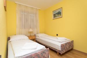 Postel nebo postele na pokoji v ubytování Kámán Pince