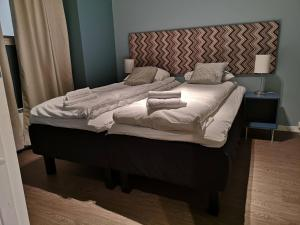 A bed or beds in a room at Ole Bull Hotel & Apartments