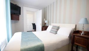 A bed or beds in a room at Amberley House by theKeyCollections