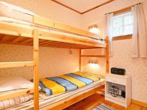 Våningssäng eller våningssängar i ett rum på Two-Bedroom Holiday home in Vissefjärda 1