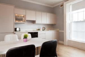 A kitchen or kitchenette at City Studios & Apartments Dublin
