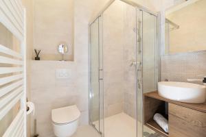 A bathroom at Twins Idola Apartments
