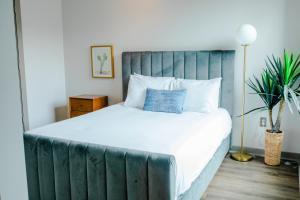 Ένα ή περισσότερα κρεβάτια σε δωμάτιο στο The Guild Nashville The Gluch - Velocity