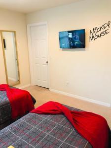 Uma televisão e/ou sistema de entretenimento em A Beautiful, 2 Bedroom Villa, close to Disney