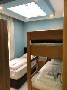 سرير بطابقين أو أسرّة بطابقين في غرفة في غولباسي فيلا آند أبارت