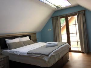 سرير أو أسرّة في غرفة في غولباسي فيلا آند أبارت