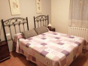 A bed or beds in a room at Apartamentos Rurales Carlos